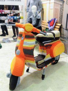 Umhäkelter Roller bei Mondial